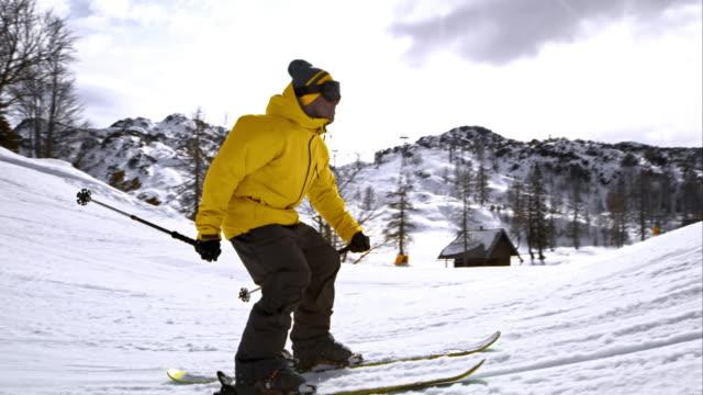 vídeos de stock, filmes e b-roll de slo mo ds  freestyle skier flying off into the air - inclinação