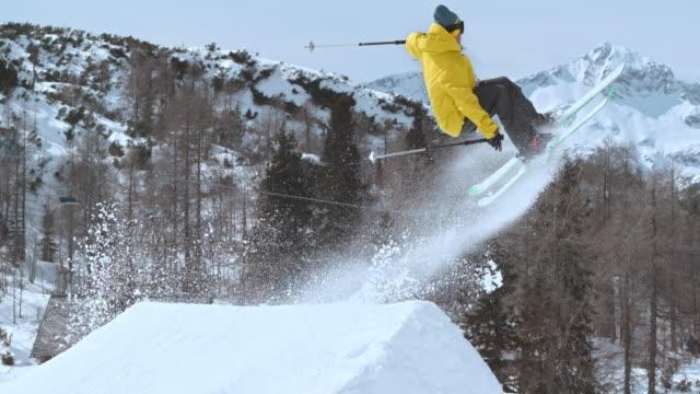 slo mo ts freestyle skifahrer bei einem sprung - freistil skifahren stock-videos und b-roll-filmmaterial