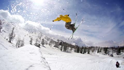 vídeos y material grabado en eventos de stock de esquiador realiza un truco jump - deporte de riesgo