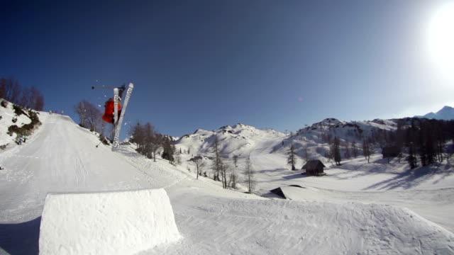 freestyle skier performing a trick in a snow park - freestyleskidåkning bildbanksvideor och videomaterial från bakom kulisserna
