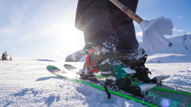 Sciatore Freestyle mettere su sci