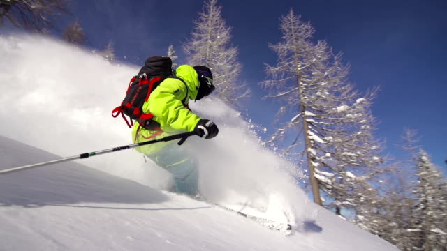 stockvideo's en b-roll-footage met freestyle skier riding powder snow - skiën