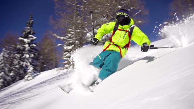 vídeos y material grabado en eventos de stock de esquiador riding polvo - nieve en polvo