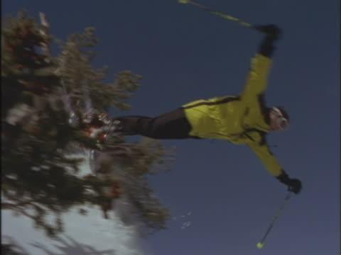 vídeos de stock e filmes b-roll de freestyle skier - bastão de esqui