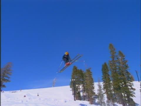 vídeos de stock e filmes b-roll de freestyle skiers - bastão de esqui