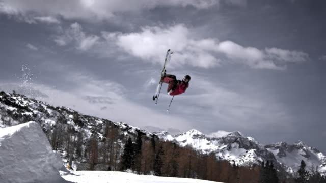 slo mo ts freestyle ski spin trick - freistil skifahren stock-videos und b-roll-filmmaterial