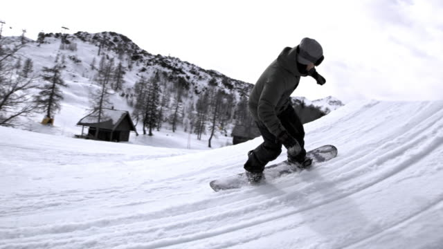 vidéos et rushes de slo mo ds  freestyle snowboarder flying off into the air - exploit sportif