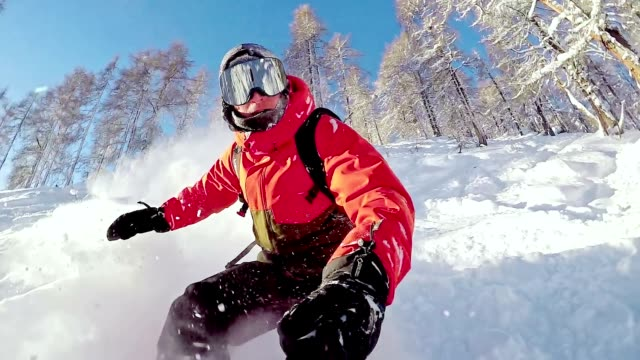 slo-mo-freestyle-snowboarder in der wildnis - pulverschnee stock-videos und b-roll-filmmaterial