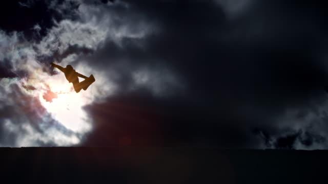 slo-mo-freestyle-snowboarder springt in der half-pipe mit wolken im hintergrund - fähigkeit stock-videos und b-roll-filmmaterial