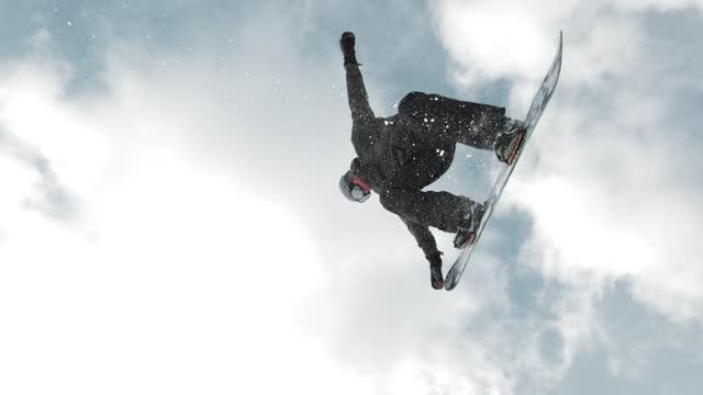 slo mo ts freestyle snowboarder mit einem nasengriff-trick - freistil skifahren stock-videos und b-roll-filmmaterial