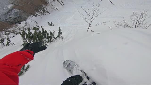 freestyle-snowboarder fahren pulver abseits der piste - freistil skifahren stock-videos und b-roll-filmmaterial