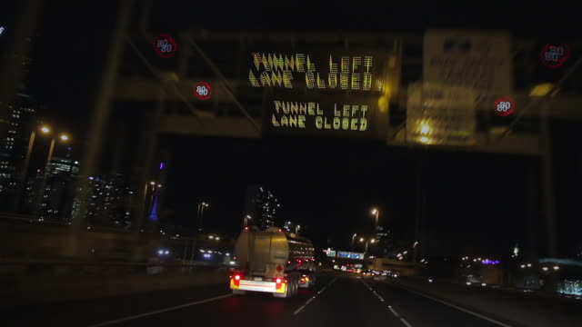 vidéos et rushes de ws t/l pov freeway at night with cars speeding in subway at m1 motorway / melbourne, victoria, australia - panneau de rue