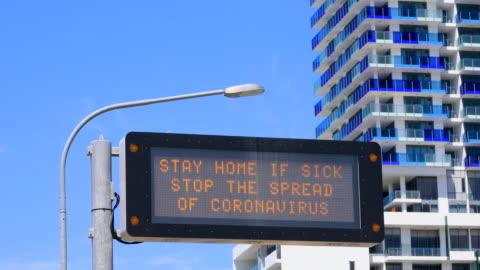 vidéos et rushes de signe d'avertissement du coronavirus d'autoroute covid-19 - signalisation