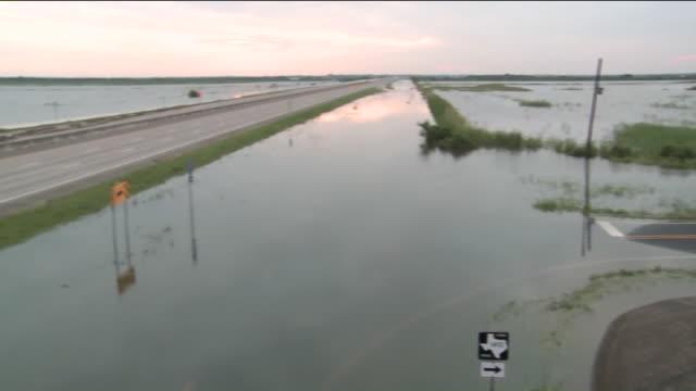 vídeos de stock, filmes e b-roll de ktla freeway flooded after hurricane harvey in winnie tx - drenagem