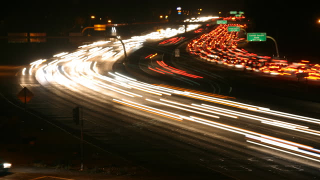 freeway ora di punta di notte time lapse video hd a sd dv - fanale anteriore video stock e b–roll