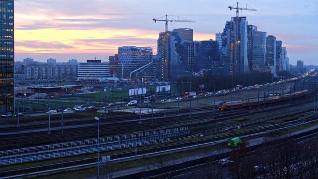 motorväg genom affärsdistriktet zuid-as amsterdam - vidvinkel bildbanksvideor och videomaterial från bakom kulisserna