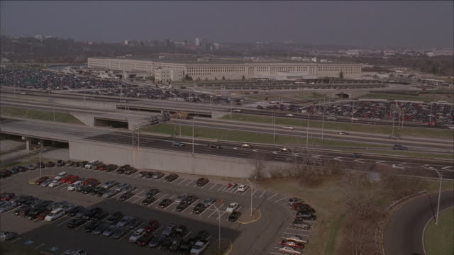 ha freeway traffic with pentagon beyond / arlington, virginia, united states - arlington virginia video stock e b–roll