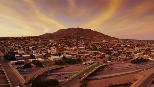 stockvideo's en b-roll-footage met freeways in el paso in de schemering-drone schot - texas