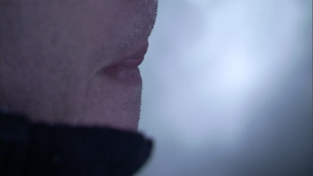 vidéos et rushes de a freezing man licks his lips. - bouche humaine
