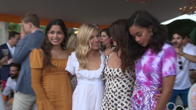 vídeos de stock, filmes e b-roll de freida pinto sienna miller penelope cruz and laura harrier at the 11th annual veuve clicquot polo classic at liberty state park on june 02 2018 in... - penélope cruz