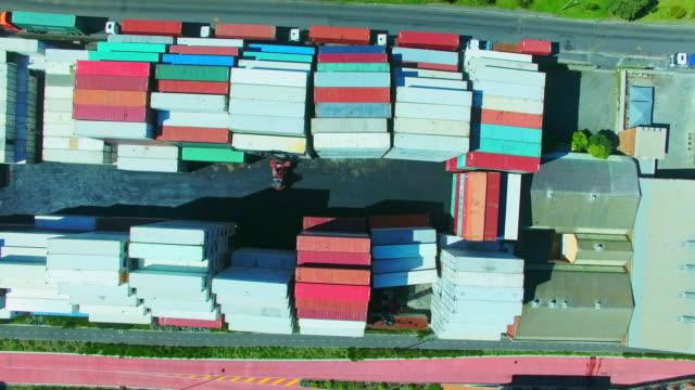vídeos y material grabado en eventos de stock de logística de transporte de mercancías en la acción - cajón para embalar