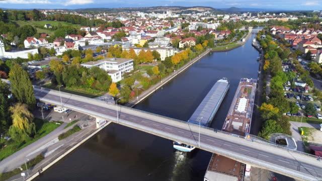 Vracht schip doorgeven-Donaukanaal in Regensburg