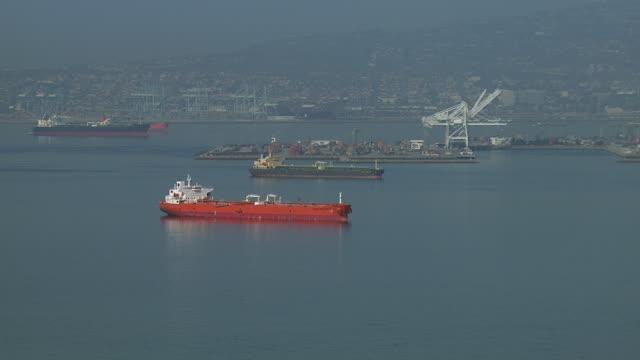 vidéos et rushes de freight ships in long beach harbor - hémisphère nord
