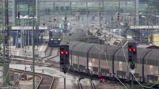 vidéos et rushes de transport de marchandises de la gare ferroviaire - öffentliches verkehrsmittel