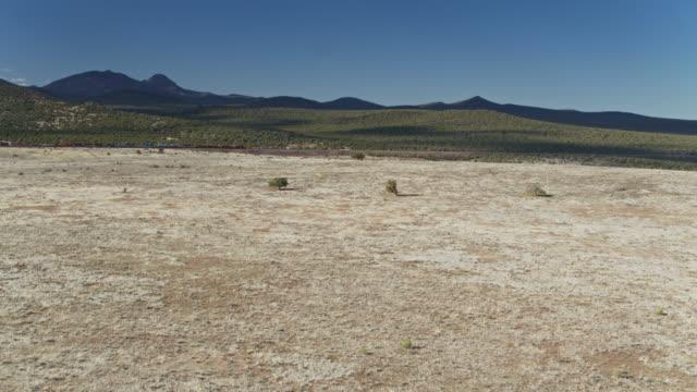güterzugüberquerung coconino national forest, arizona-drohnenschuss - güterzug stock-videos und b-roll-filmmaterial