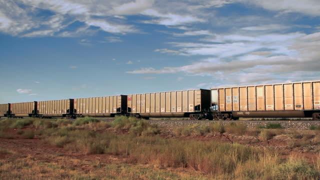 vídeos y material grabado en eventos de stock de cruce de tren de carga de desierto - tren de carga
