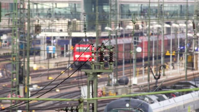 貨物列車の出発鉄道駅 - 線路のポイント点の映像素材/bロール