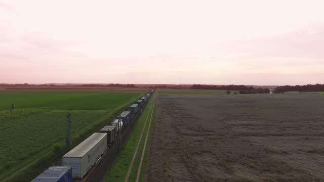 田園地帯を通過する貨物列車