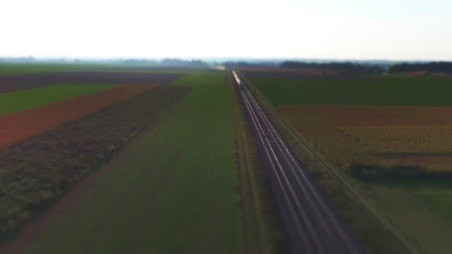 vídeos y material grabado en eventos de stock de tren de carga pasando por campo - tilt shift