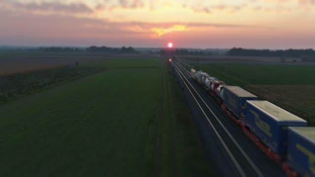 güterzug auf der durchreise landschaft - bahngleis stock-videos und b-roll-filmmaterial
