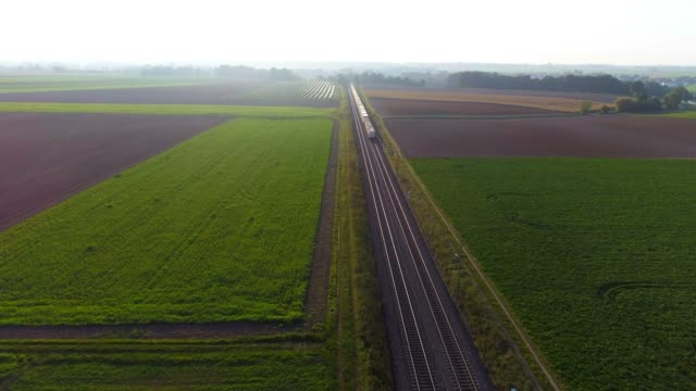 güterzug auf der durchreise landschaft - güterzug stock-videos und b-roll-filmmaterial