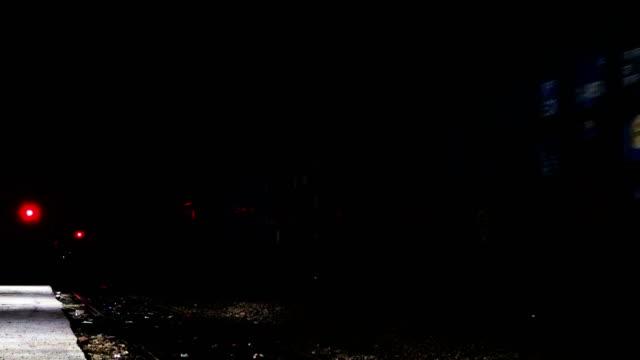 夜間に鉄道駅を通過する貨物列車 - 操車場点の映像素材/bロール