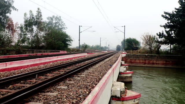 鉄道駅を通過する貨物列車 - 貨物列車点の映像素材/bロール