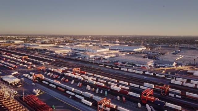 vídeos y material grabado en eventos de stock de cambio de tren de carga - vista aérea - tren de carga