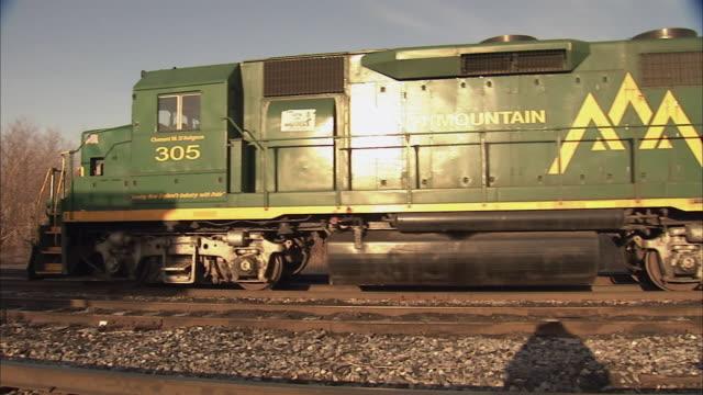 ws pan freight train rolling through train yard / rutland, vermont, usa - 操車場点の映像素材/bロール