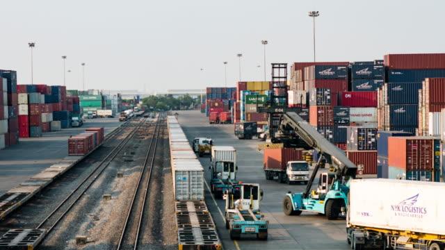 treno merci con container cargo - scaricare dall'internet video stock e b–roll