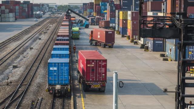 Goederentrein met cargo containers