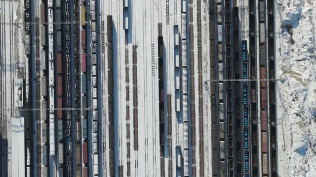 貨物列車と鉄道駅 - 線路点の映像素材/bロール