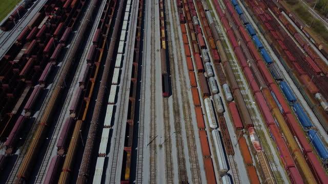 treni merci e stazione ferroviaria - railway track video stock e b–roll