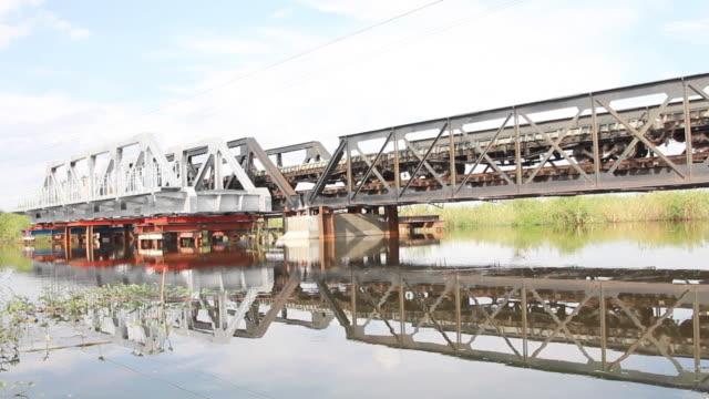 Güterzugverkehr ran auf die old iron bridge.