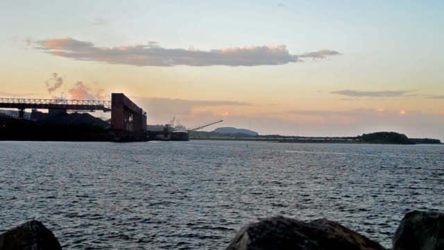 cargo essere caricati con minerali di ferro - lago superiore video stock e b–roll