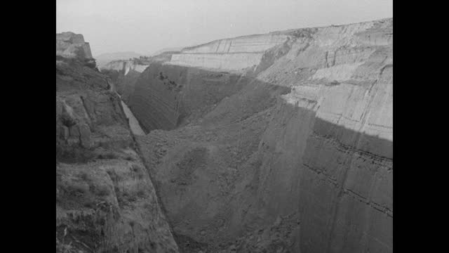vídeos y material grabado en eventos de stock de freighter scuttled at mouth of corinth canal. damage to banks & canal blockage caused by dynamite. - estrecho