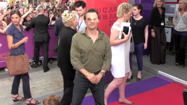 vídeos y material grabado en eventos de stock de french actor and halle berry boyfriend olivier martinez walks the red carpet of the 2013 champs elysees film festival in a very casual outfit with... - halle berry