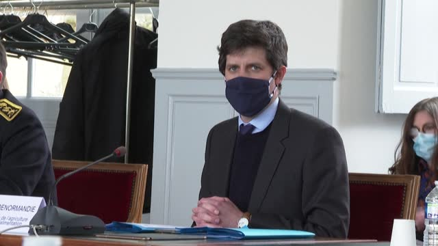 french agriculture minister julien denormandie reassures devastated duck breeders in the gers region that they will be fully compensated after being... - virus dell'influenza aviaria video stock e b–roll