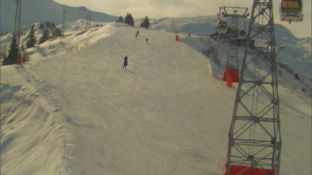 stockvideo's en b-roll-footage met french alpsskiers - onbekend geslacht