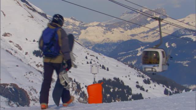 stockvideo's en b-roll-footage met french alpssnowboarder - onbekend geslacht